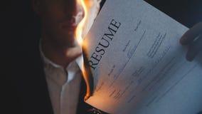 Конец-вверх ожогов бизнесмена возобновляет документ в темной предпосылке видеоматериал
