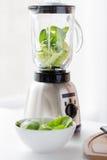 Конец вверх опарника blender и зеленых овощей Стоковые Фотографии RF