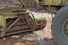 Конец-вверх лопаткоулавливателя автошины и трактора в грязи Стоковые Фото