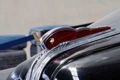 Конец вверх орнамента клобука винтажного автомобильного изображения запаса ZIS-110 Стоковая Фотография RF