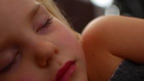 Конец-вверх остатков младенца стороны тихо без шума Счастье во сне сток-видео