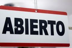 Конец-вверх открытого подписывает внутри испанский язык ` Abierto ` стоковая фотография