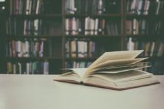 Конец вверх открытой книги на столе с винтажной предпосылкой нерезкости фильтра Стоковое Изображение RF