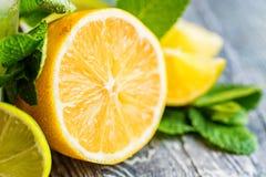 Конец-вверх отрезанного лимона Ингридиенты Mojito Стоковая Фотография RF