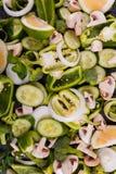 Конец-вверх отрезанных овощей, брокколи, болгарский перец, куски огурца, champignons, известка, лук, на черноте Стоковые Фотографии RF