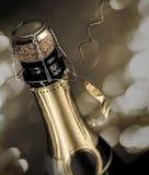 Конец-вверх от почти раскрытой бутылки игристого вина с искрами на предпосылке Стоковые Изображения RF