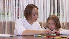 Конец-вверх - очаровывая мать и дочь рисуя совместно акции видеоматериалы