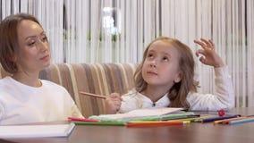 Конец-вверх - очаровывая мать и дочь рисуя совместно сток-видео