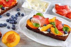 Конец-вверх очень вкусного красочного открытого сандвича Стоковое Изображение