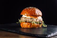 Конец-вверх очень вкусного свежего домашнего сделанного бургера с салатом и сыром Стоковое Изображение