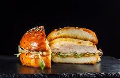 Конец-вверх очень вкусного свежего домашнего сделанного бургера с салатом и сыром Стоковая Фотография RF