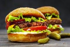 Конец-вверх очень вкусных бургеров на деревянном столе Стоковые Фото