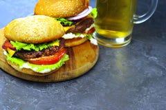 Конец-вверх очень вкусных бургеров на конкретной таблице Стоковые Фото