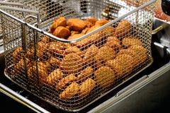 Конец-вверх очень вкусных шариков Falafel в глубоком fryer стоковая фотография