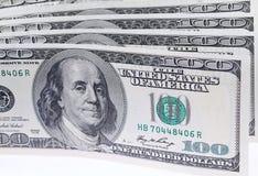 Конец-вверх 100 долларовых банкнот, изолированных на белизне Стоковые Изображения RF