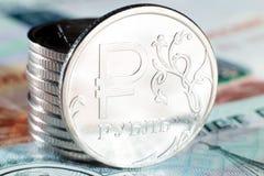 Конец-вверх одного рубля чеканит на бумажных русских деньгах Стоковые Изображения RF