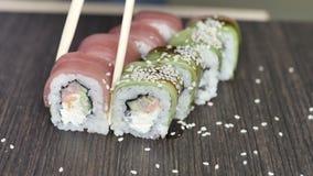Конец вверх палочек держит maki суш gunkan свертывает сверх комплект плиты или диска Послуженный в японском бар-ресторане top сток-видео