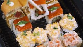 Конец вверх палочек держит maki суш gunkan свертывает сверх комплект плиты или диска Послуженный в японском бар-ресторане top акции видеоматериалы