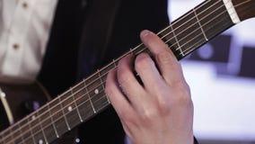 Конец-вверх пальцев которые переставляют хорды на акустической гитаре акции видеоматериалы