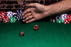 Конец вверх пары кости свернутой кто-то на зеленой пушистой таблице игры За бросая рукой стога  стоковое изображение rf