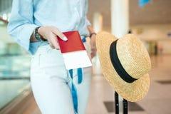 Конец-вверх пасспортов и посадочного талона в женских руках на авиапорте Стоковое Изображение RF