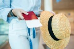 Конец-вверх пасспортов и посадочного талона в женских руках на авиапорте Стоковое Фото
