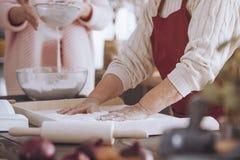 Конец-вверх персоны делая торт стоковое изображение