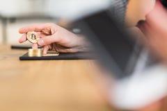 Конец-вверх персоны держа золото Bitcoin как символ цифрового понедельника стоковое фото