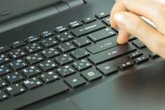 Конец-вверх печатать женские руки на клавиатуре Стоковые Фотографии RF