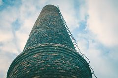 Конец-вверх печной трубы кирпича фабрики Загрязнение воздуха промышленными излучениями Стоковые Фото