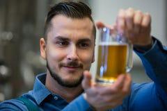 Конец-вверх пива испытания винодела Стоковое фото RF