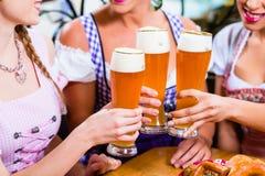 Конец-вверх пива людей выпивая в Баварии Стоковая Фотография RF