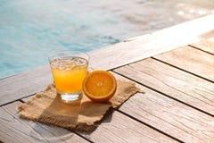 Конец вверх питья спирта коктеиля отвертки с апельсиновым соком Стоковые Фото