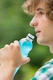 Конец-вверх питья энергии человека выпивая outdoors Стоковое Изображение