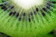 Конец-вверх плодоовощ кивиа свежий естественный Отрежьте макрос кусков Стоковые Изображения