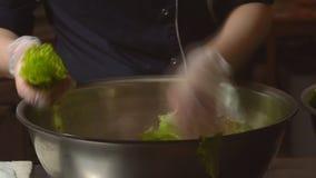 конец вверх Повар женщины подготавливая салат Салат Ресторан, кухня видеоматериал