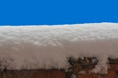 Конец-вверх поверхности снега на голубой предпосылке стоковое фото