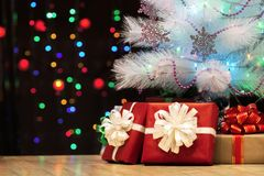 Конец-вверх подарков под украшенной рождественской елкой против bac Стоковая Фотография