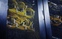 Конец вверх подключил желтый оптический кабель в силе жары отсеков управления Серверы компьютера в большой центров обработки инфо стоковые изображения