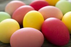 Конец-вверх покрашенных покрашенных яичек Торжество пасхи Стоковые Фото