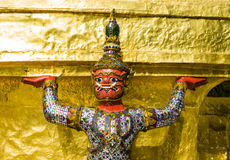 Конец-вверх попечителя демона поддерживая Wat Phra Kaew, Бангкок, Таиланд Стоковое фото RF