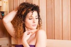 Конец-вверх портрета женщины сидя в saun соли Стоковые Изображения