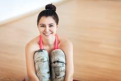 Конец-вверх, портрет девушки в sportswear на светлой предпосылке, улыбке, счастье Стоковые Изображения RF
