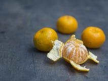 Конец 4 вверх по апельсину мандарина одному tangerine слез на defocused Стоковое Изображение RF