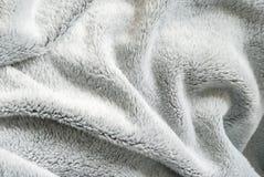 Конец вверх по белой shaggy текстуре искусственного меха или ковер для предпосылки стоковое изображение