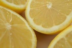 Конец вверх по взгляду свежих половин лимона отрезка Стоковое Изображение RF