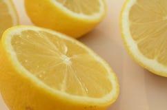 Конец вверх по взгляду свежих половин лимона отрезка Стоковая Фотография RF