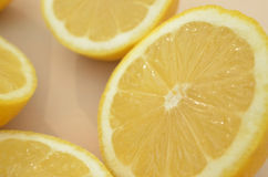 Конец вверх по взгляду свежих половин лимона отрезка Стоковое фото RF