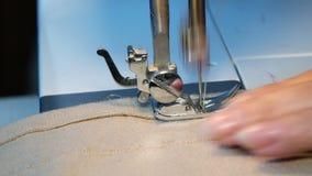 Конец вверх по видео швейной машины - зашейте платье в фабрике ткани сток-видео