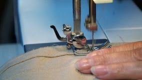 Конец вверх по видео швейной машины - зашейте платье в фабрике ткани акции видеоматериалы